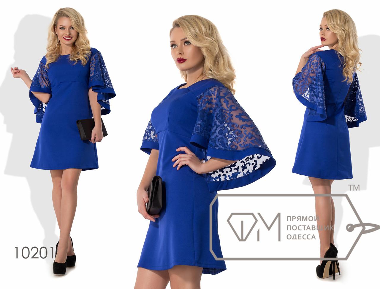 Платье-трапеция мини из костюмки с завышенной талией и длинными асимметричными рукавами-крылышками из экокожи на сетке 10201