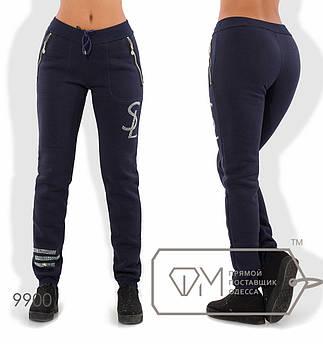 Спортивные штаны из трикотажа на флисе с манжетами, карманами-карго на молниях и логотипом с полосами из страз 9900