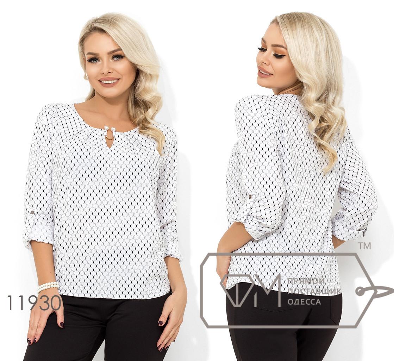 Блуза прямого кроя из софта с длинными рукавами, круглым вырезом и несъемным украшением на декольте 11930