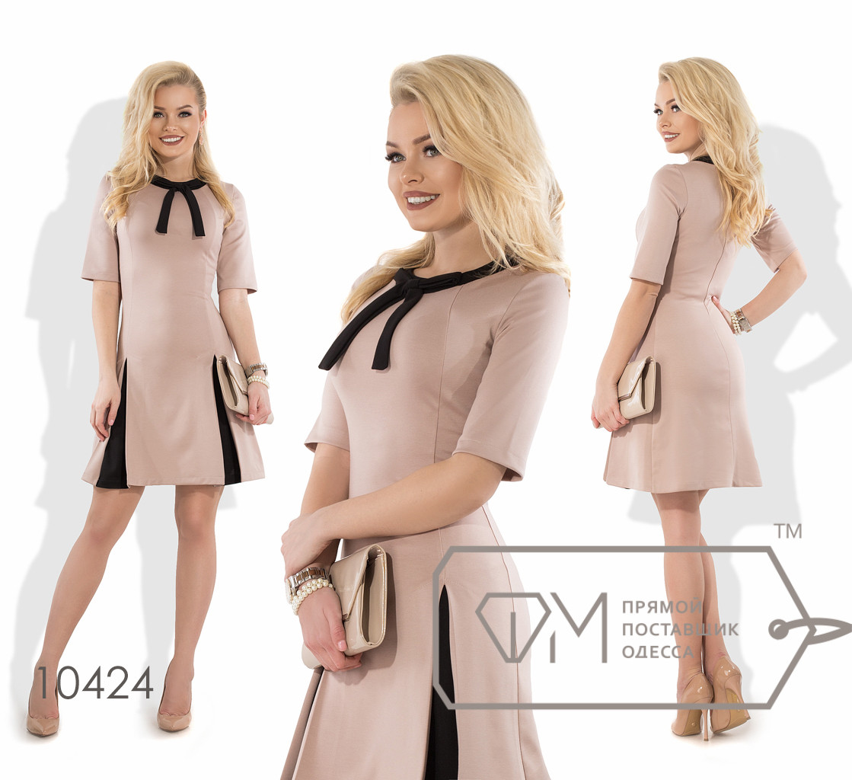 Платье мини А-покроя из трикотажа алекс с короткими рукавами, контрастным кантом и бантом на вырезе, вставками в складках на юбке-солнце 10424