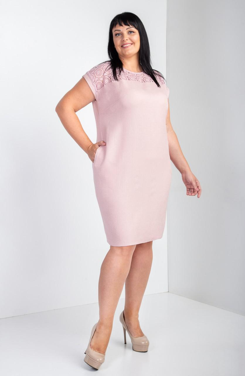 Красиве жіноче плаття прикрашене мереживом мараме рожеве
