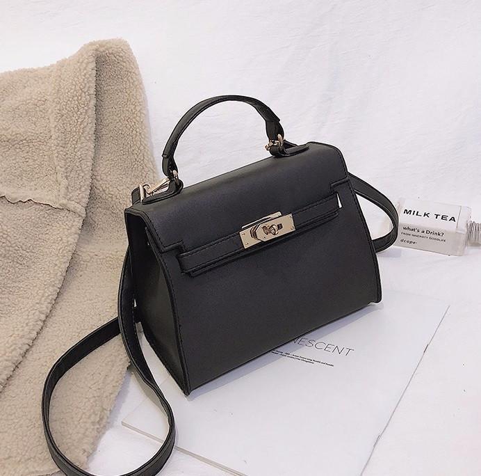 Женская сумочка среднего размера черная с перламутровым отливом