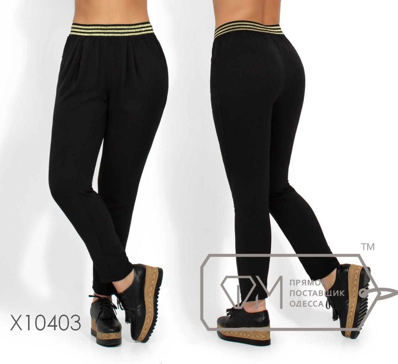 Летние брюки из крепа на резинке с карманами, зауженные к низу X10403