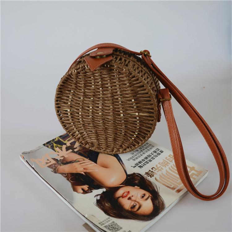 Женская круглая плетеная сумочка кросс-боди с ремешком коричневого цвета