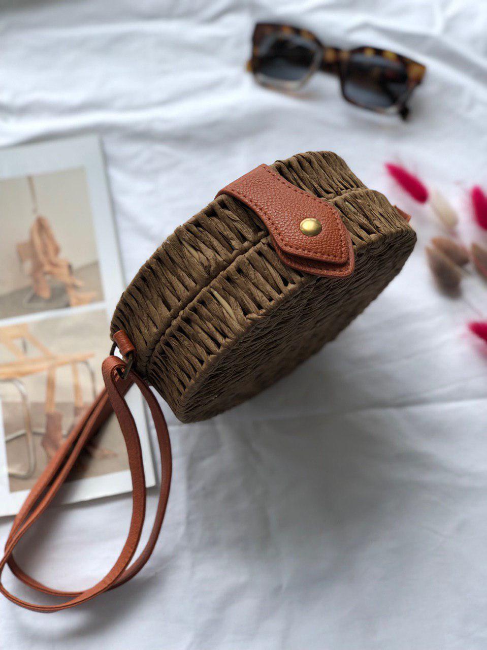 Женская круглая плетеная сумочка кросс-боди с ремешком коричневого цвета, фото 3