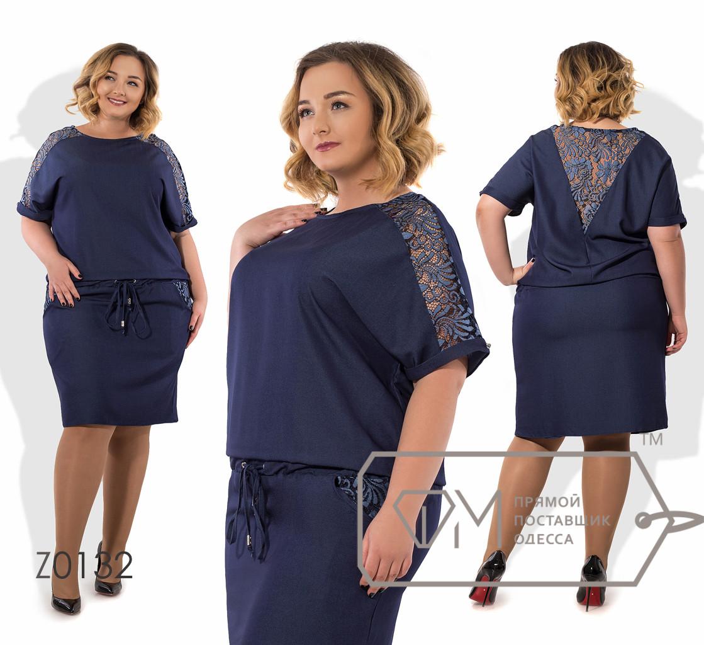 Платье-блузон миди прямое из летнего джинса с короткими рукавами-кимоно, кулиской по талии, вставкой гипюра по плечам и на V-образном декольте Z0132