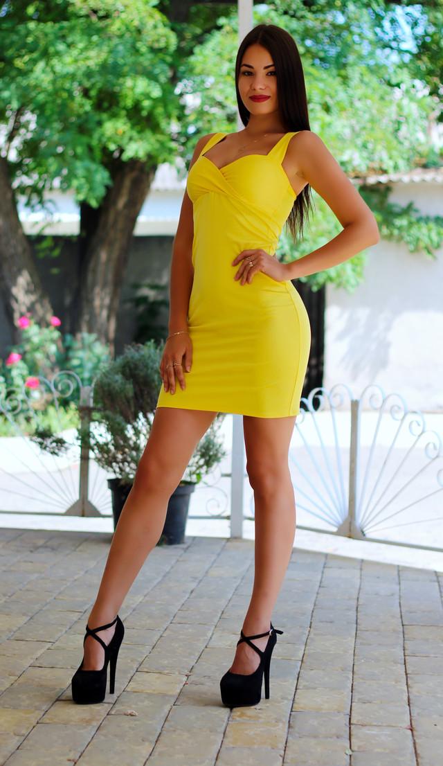 яркое желтое платье мини
