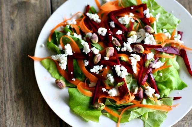Салат со свеклой, авокадо и шпинатом - рецепт