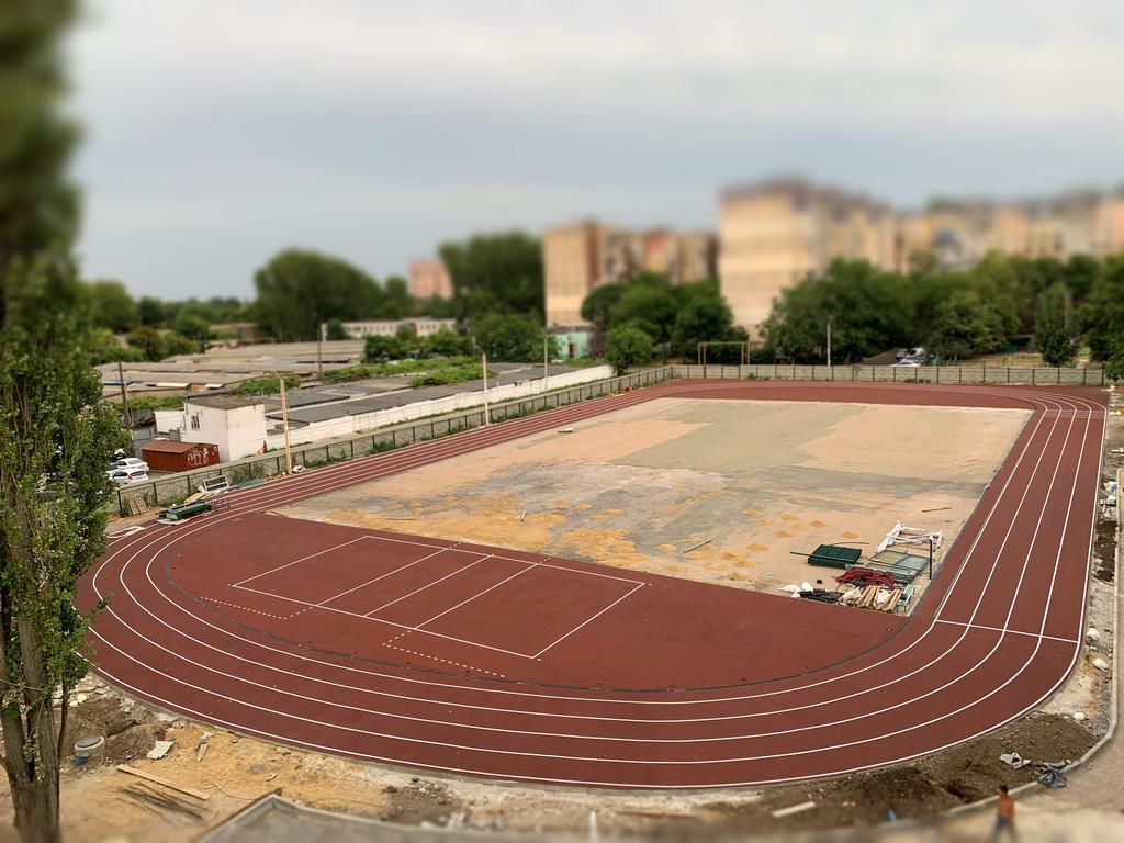 Укладка резинового покрытия на школьном стадионе г.Одесса