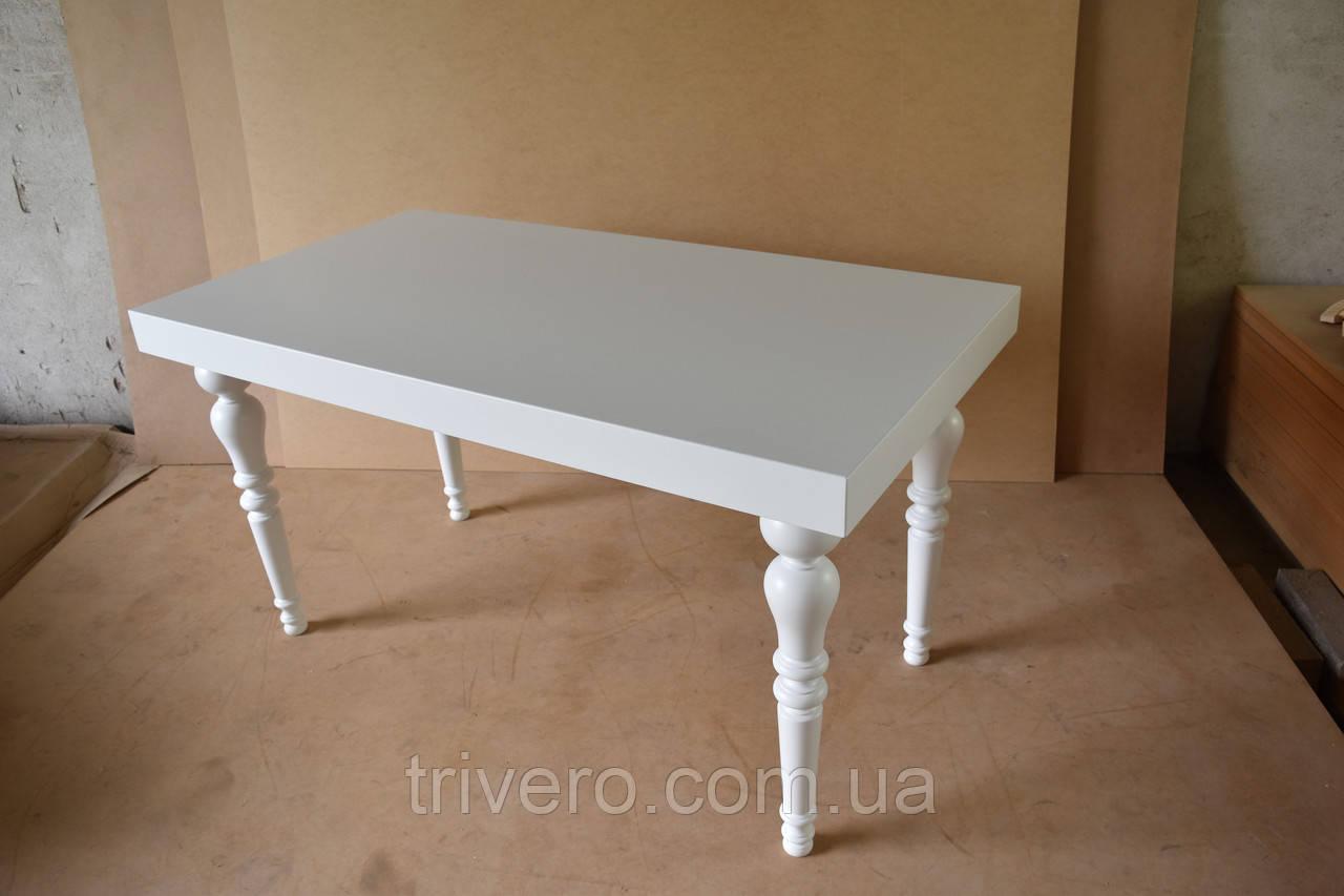 Белый стол с точеными ножками