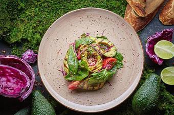 Салат з печеною авокадо і томатами з приправою мірін DanSoy