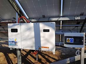 Сетевой инвертор и шкаф защиты, навешенные на опору фермы.