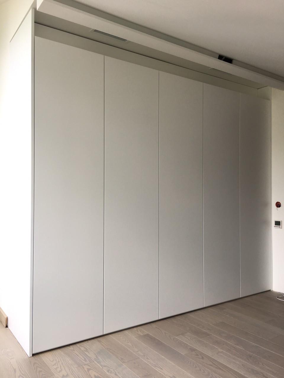 Шкаф в коридор с фасадами мдф без ручек. Система Blum Tip-on
