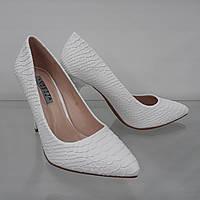 Белые женские туфли на шпильке