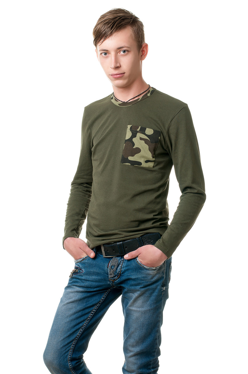 Мужской реглан прилегающего ситуэта, округлый вырез горловины и небольшой карман на груди выполнены из камуфляжнго трикотажа, хаки