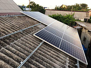 Монтаж солнечных батарей на систему креплений.