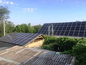 Вид двух крышных фотополей - на частном доме (дальнее) и сарае (ближнее).