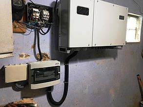 Шкаф защиты и солнечный инвертор на стене в сарае.