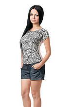 Женская футболка классического кроя по фигуре, с округлым вырезом, передняя полочка и рукава выполнены из вискозы в леопардовый принт, бежевая
