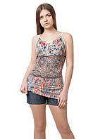 Оригинальная женская футболка на тонких бретелях, прилегающего кроя, изюминкой модели является комбинация материалов с различными рисунками, но в