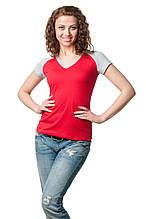 Женская приталенная футболка с V-образным вырезом, отстрочка горловины и рукава выполнены из материала светло-серого цвета, красная