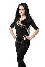 Женская футболка прилегающего кроя, с рукавом до локтя, с V-образным вырезом, декорирована вставкой из гипюра в золотистый леопардовый принт, черная