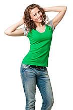 Женская приталенная футболка с V-образным вырезом, отстрочка горловины и рукава выполнены из материала светло-серого цвета, зеленая
