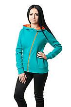 Женская толстовка прилегающего кроя, большой капюшон на подкладке яркого цвета в тон косой молнии-застежке, цвета морской волны