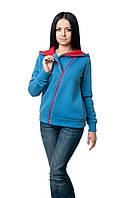 Женская толстовка прилегающего кроя, большой капюшон на подкладке яркого цвета в тон косой молнии-застежке, цвета джинс