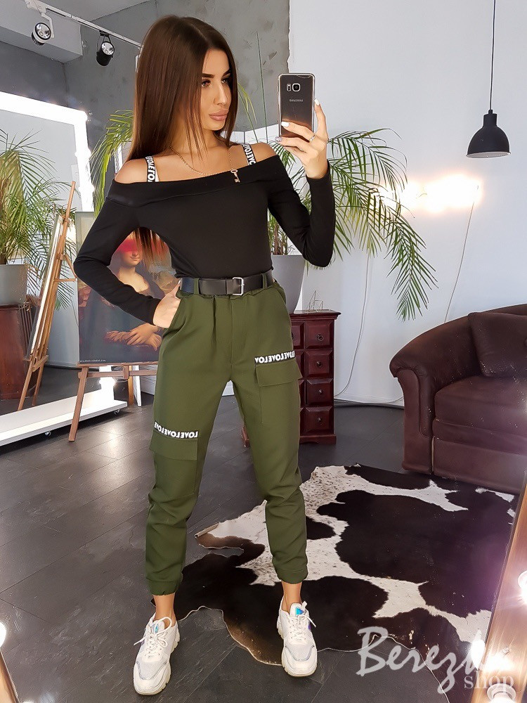 Женский брючный костюм с брюками - карго на манжетах и топом 66101374E