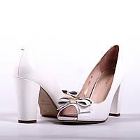 Классические туфли белого цвета с открытым носком