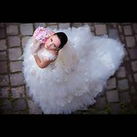 Свадебное платье  с рюшами и длинным шлейфом