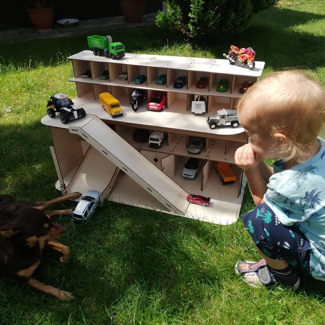 Деревянный гараж для машинок (в сборе)