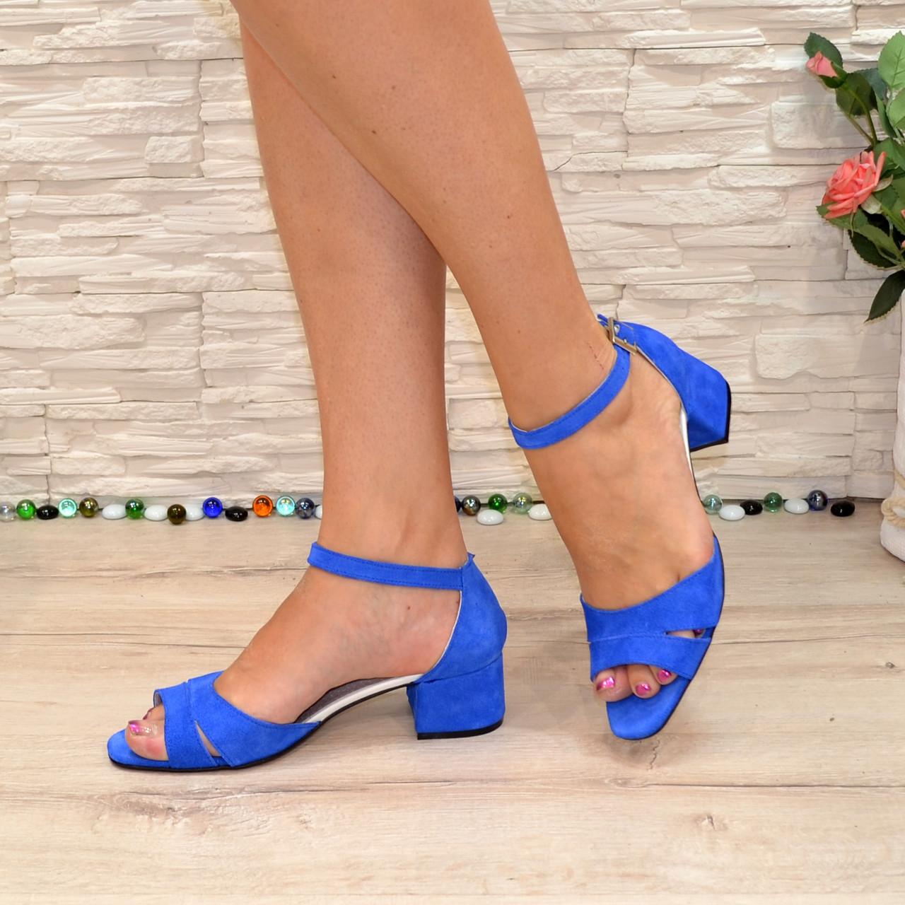 Босоножки женские замшевые на невысоком каблуке, цвет электрик