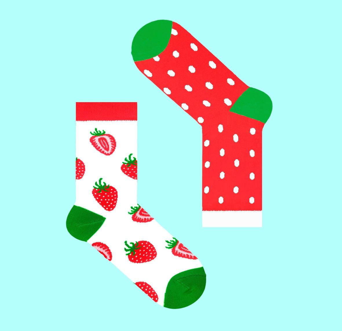 Яркие разнопарные носки с рисунком клубники