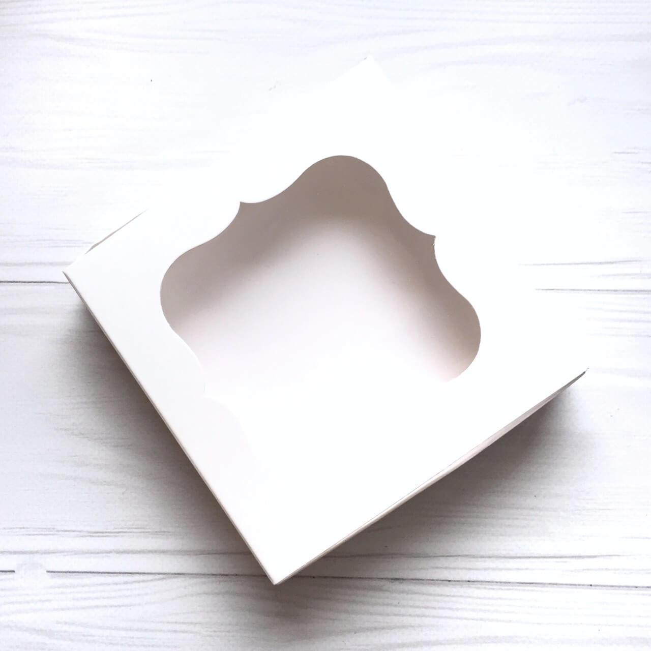 Коробка (белая) картонная подарочная 150*150*60мм  для подарков с окошком
