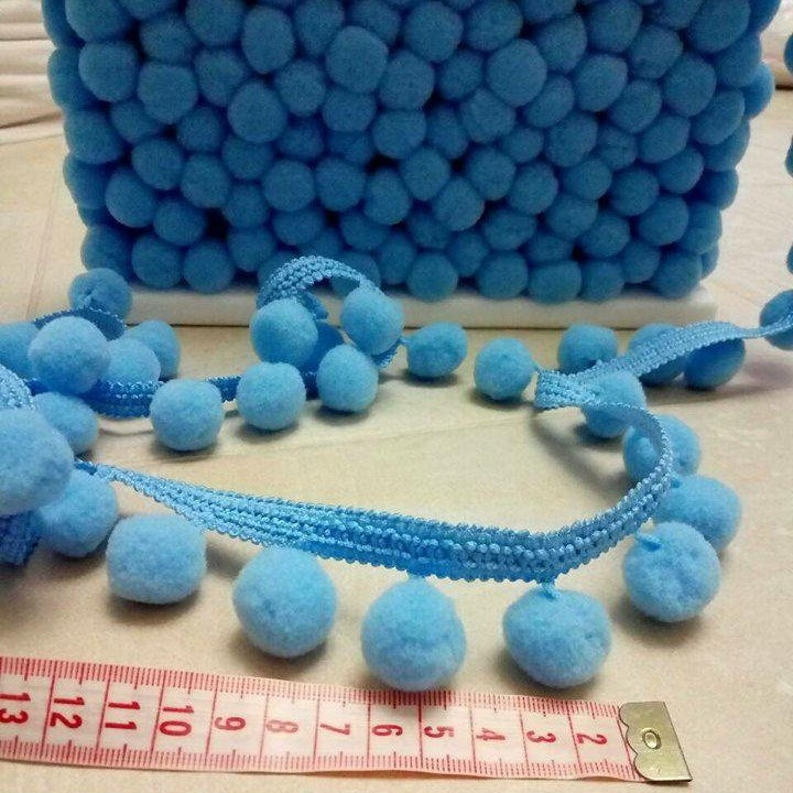 Тесьма с помпонами голубая 2 см.