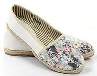 Стильные Женские балетки, лодочки туфли , туфли, на плоской подошве от производителя  белого цвета с цветочным принтомм! Очень легкие и удобные!