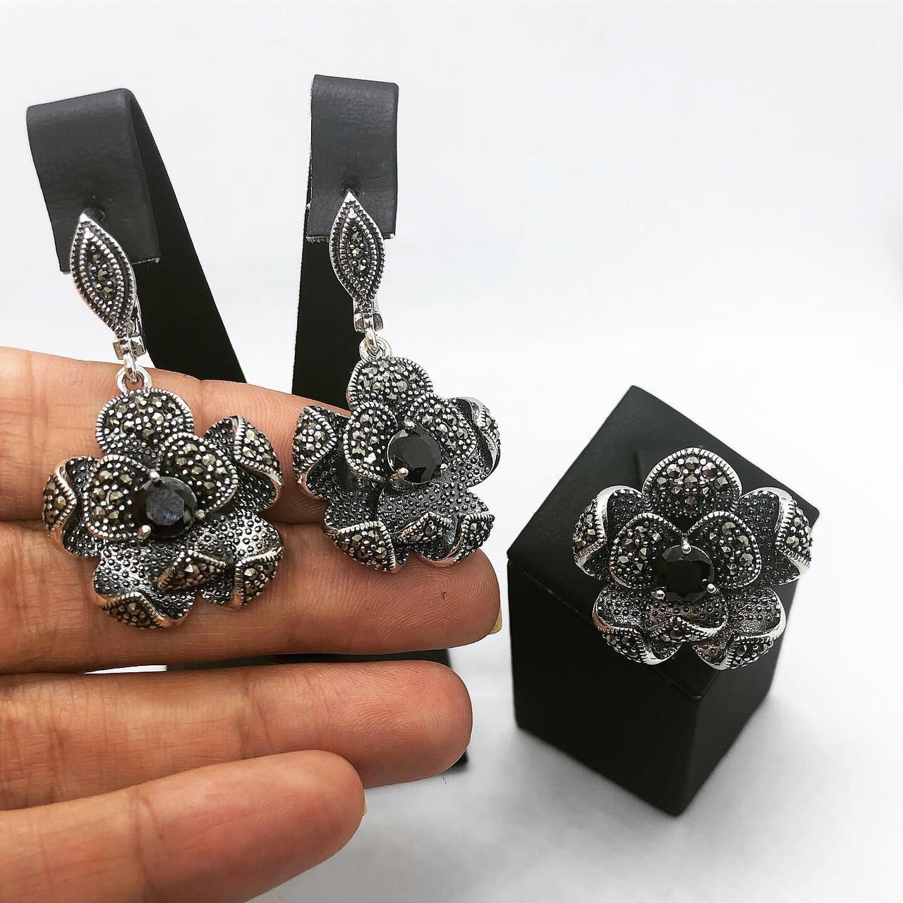 Набір прикрас кільце і сережки квіти і онікс з срібла 925 My Jewels з марказитами (розм.18,5 - 19 мм)