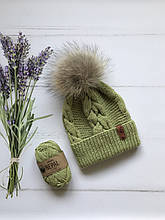 Вязаная шапка ручной работы с натуральным бубоном.
