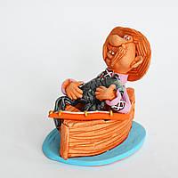 Глиняная статуэтка. Рыбак на деревянной лодке с большой рыбой. Украинский сувенир