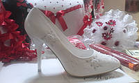 Белые свадебные туфли с вышивкой и стразами