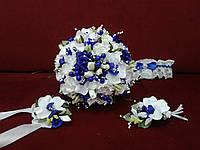 Набор свадебных аксессуаров в бело-синем цвете (букет-дублер, бутоньерки, подвязка)