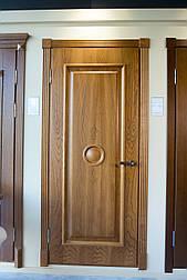 Двери с феленкой из массива ясеня и фигурным наличником