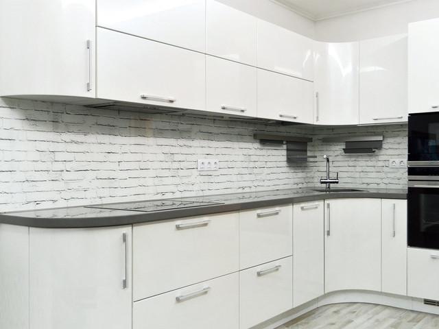 стеклянный кухонный фартук под белый кирпич