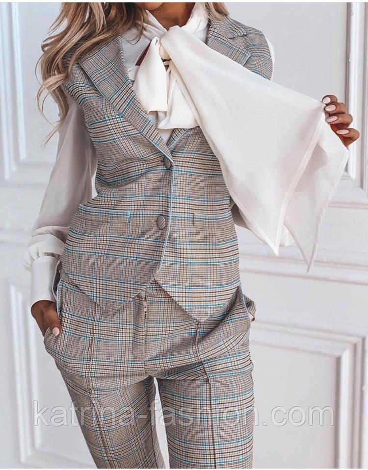 Женский стильный брючный бежевый костюм-двойка в клетку: приталенный жилет и брюки