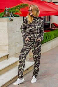 Стильный камуфляжный костюм свободного силуэта