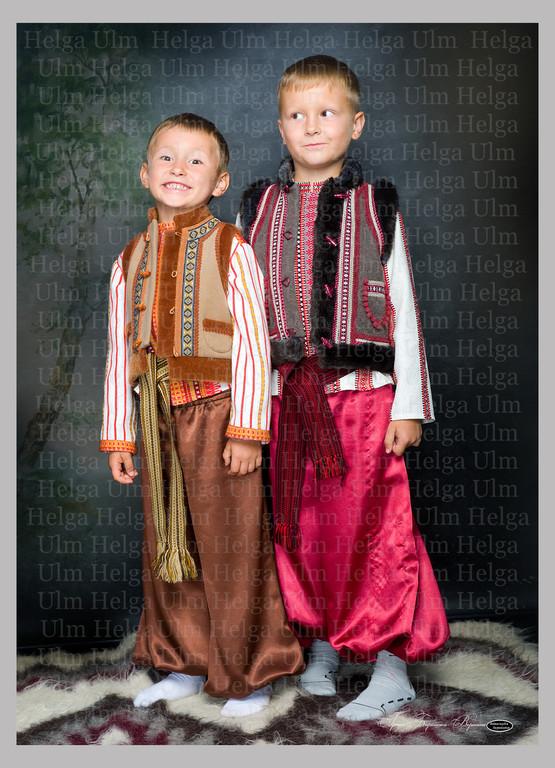 Кептарики (жилет з українськими мотивами) для хлопчиків 6 і 8 років.