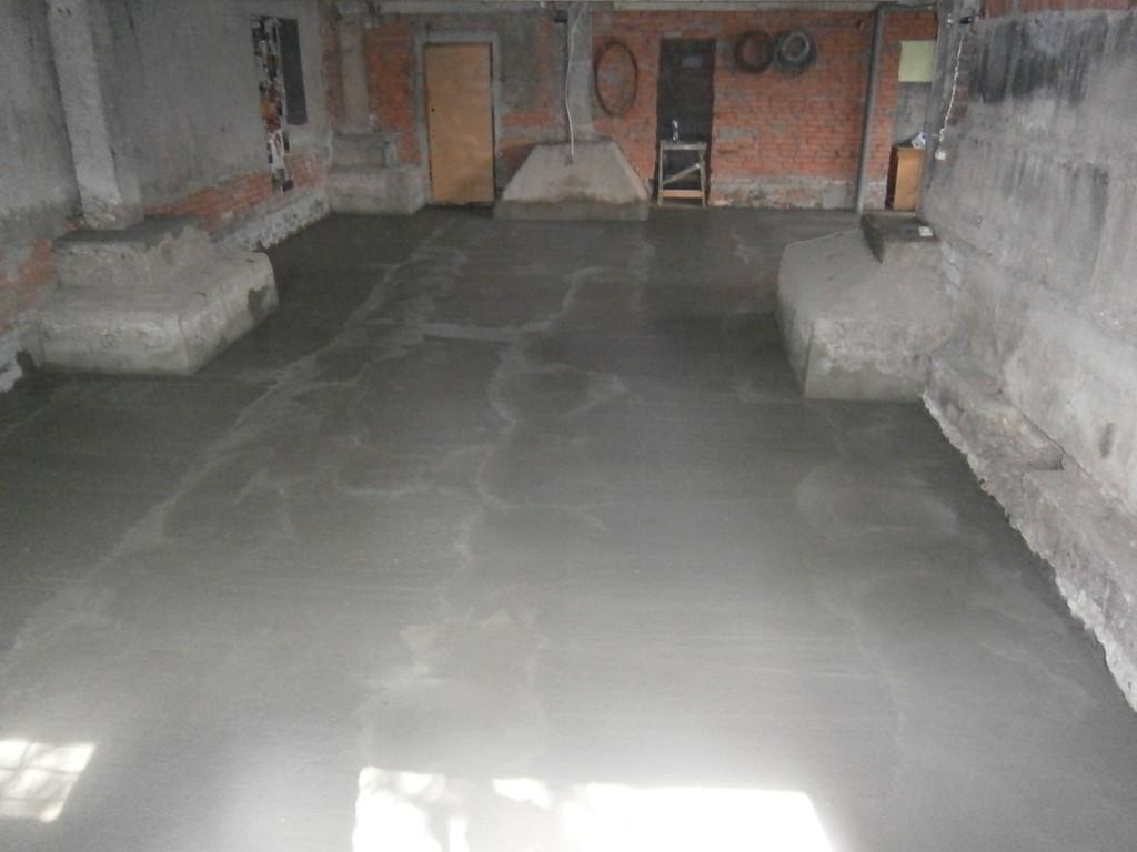 После заливки маяки сразу же вытаскивались, штробы заделывались. Общая площадь 140 кв.м. После полного высыхания бетона на поверхность планировалось укладывать резиновое покрытие (спортзал).