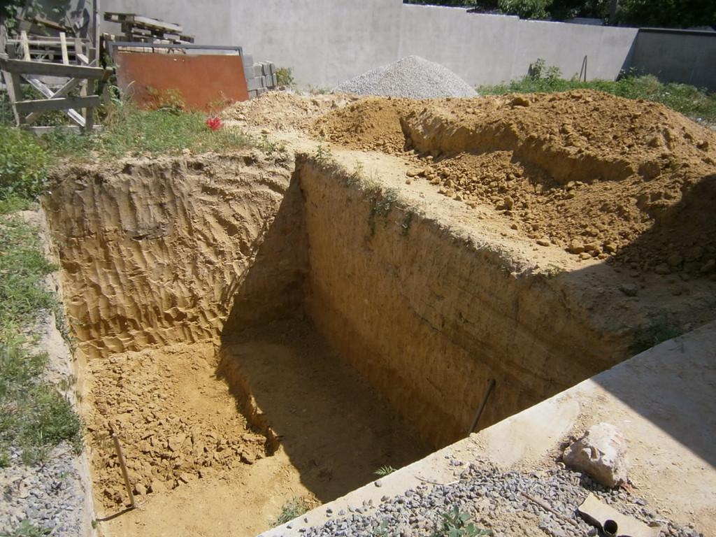 Копка ямы под подвальное помещение в частном секторе на Коммунаре. Грунт (в основном глина) складировался с одной стороны, затем вывозился Зилами. Общий размер - 3*5*3 м.